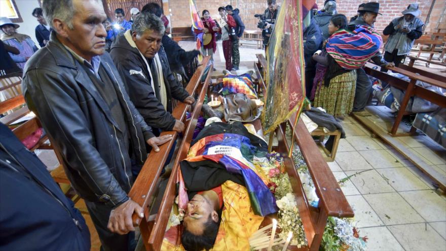 Los partidarios del expresidente boliviano Evo Morales junto a los cadáveres de tres manifestantes en El Alto, Bolivia, 20 de noviembre de 2019. (Foto: AFP)