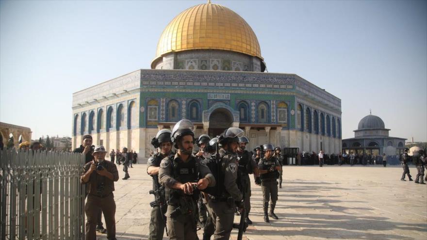 Las fuerzas de seguridad israelíes desplegadas en el recinto de la sagrada Mezquita Al-Aqsa, en la ciudad palestina de Al-Quds (Jerusalén).