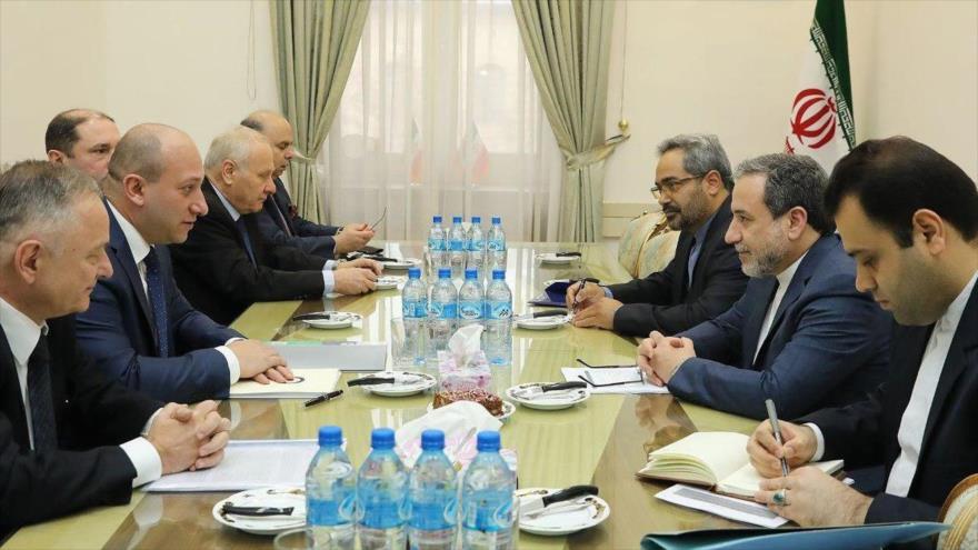 Delegaciones de Irán (dcha.) y Georgia se reúnen en Teherán, capital persa, 8 de diciembre de 2019.