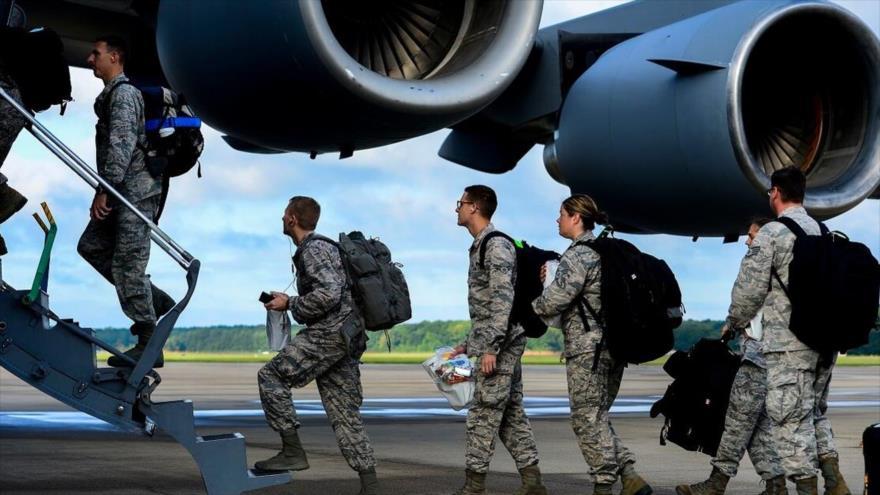 Fuerzas estadounidenses suben a un avión C-17 Globemaster, 26 de septiembre de 2014.