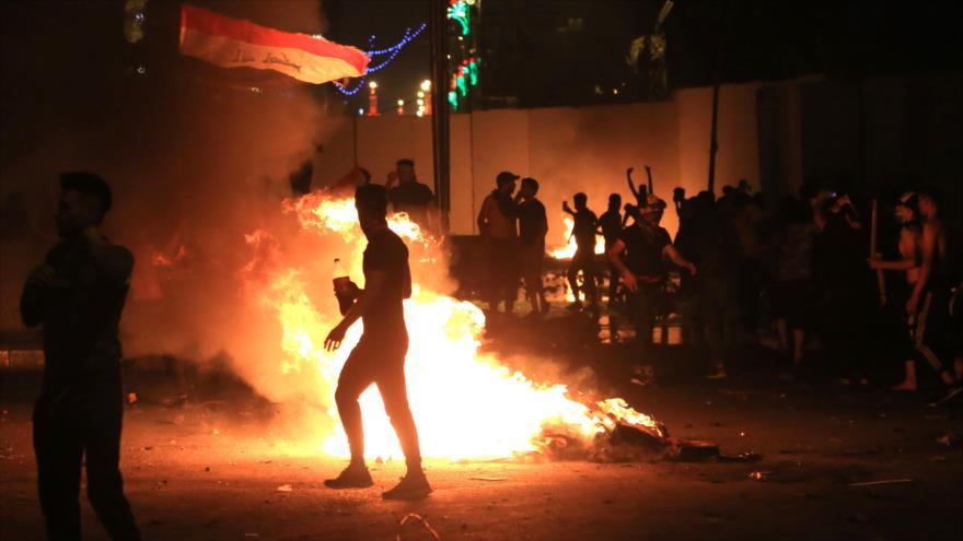 Manifestantes iraquíes provocan incendios en una de las localidades de Bagdad, la capital, 27 de octubre de 2019. (Foto: AFP)