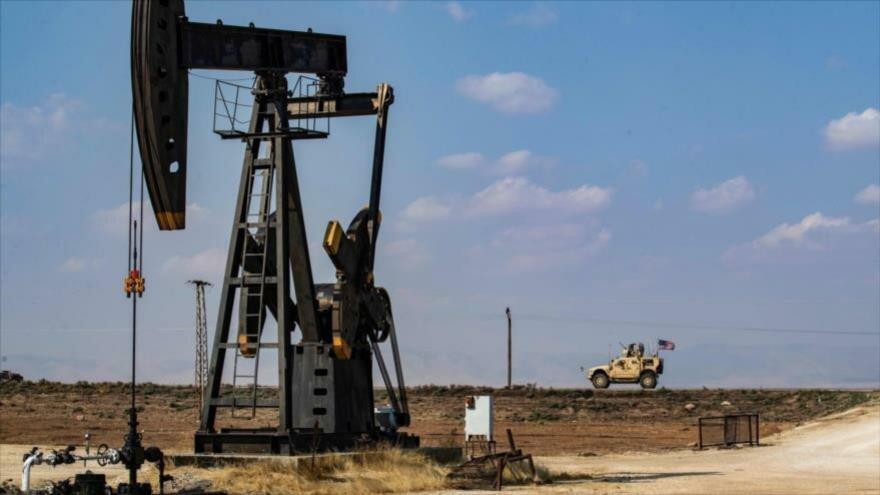 Un vehículo militar estadounidense, desplegado cerca de un campo petrolífero en la ciudad siria de Al-Qamishli, 26 de octubre de 2019 (Foto: AFP).