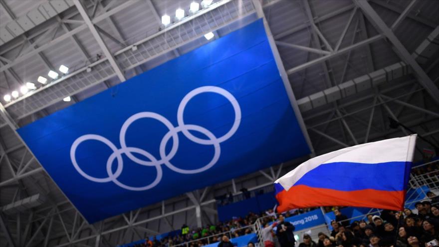 Bandera nacional rusa ondea en un estadio durante los JJ.OO. de Invierno 2018.