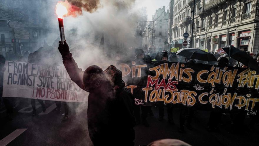 Franceses asisten a una protesta en Lyon (centro) contra planes del Gobierno para reformar sistema de pensiones, 10 de diciembre de 2019. (Foto: AFP)