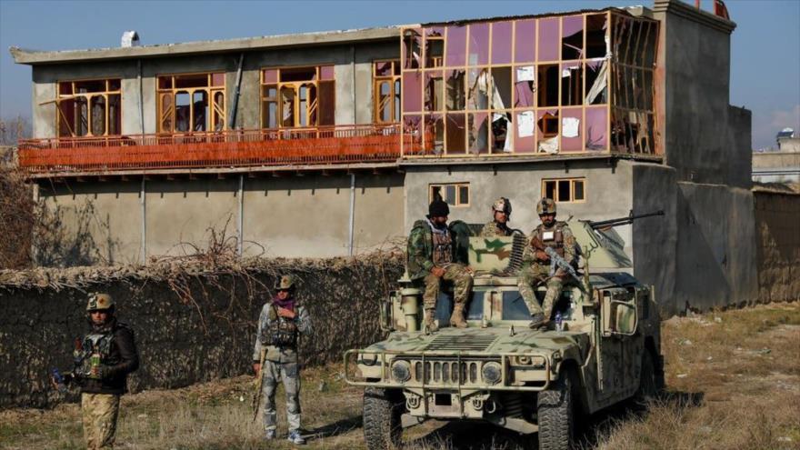 Fuerzas afganas inspeccionan el sitio de un ataque contra la base de EE.UU. en Bagram, Afganistán, 11 de diciembre de 2019. (Foto: Reuters)
