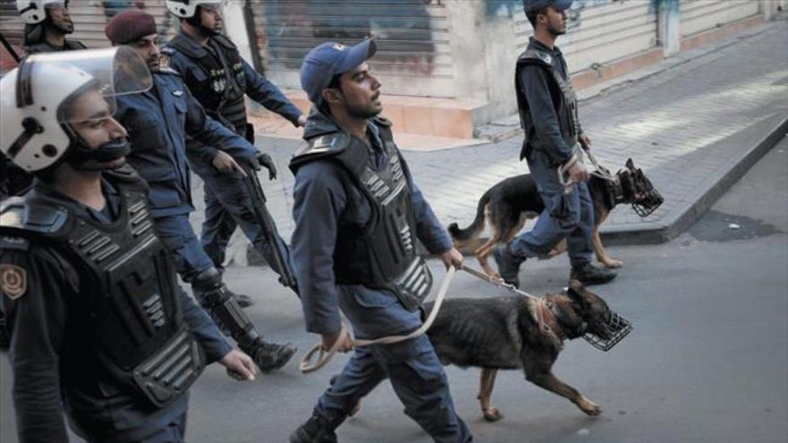 Fuerzas bareiníes desplegadas para reprimir una manifestación contra los Al Jalifa.