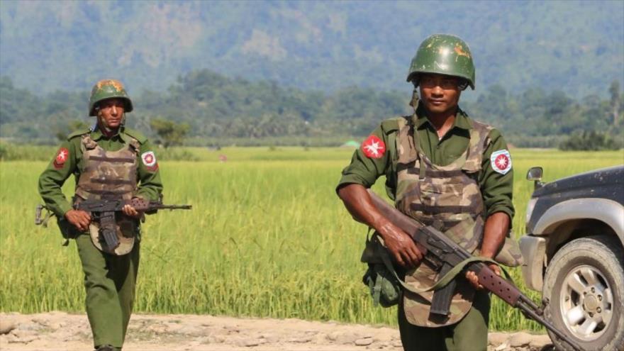 Soldados birmanos patrullan una zona en el país.