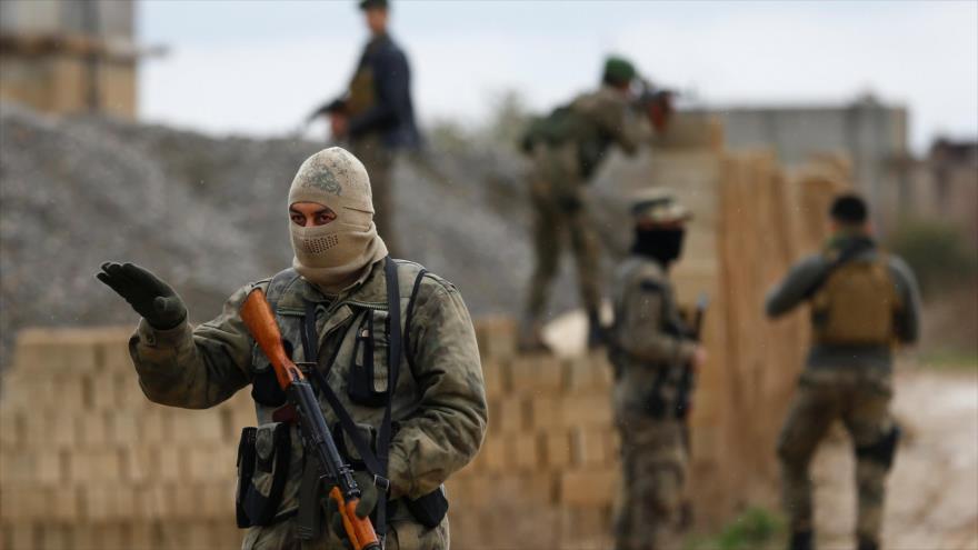 Miembros de un grupo armado apoyado por Ankara en la ciudad de Azaz (noroeste de Siria), en frontera con Turquía, 24 de enero de 2018. (Foto: Reuters)