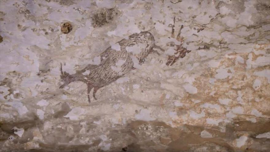La escena de caza de al menos 44 000 años de antigüedad fue descubierta en una cueva en Indonesia.