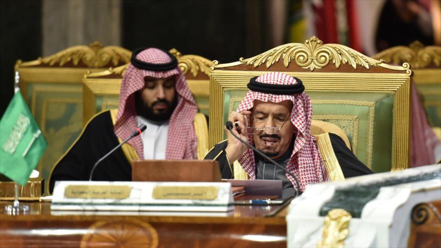 El rey saudí, Salman bin Abdulaziz Al Saud (dcha.), y el príncipe heredero saudí, Muhamad bin Salman, en Riad, 10 de diciembre de 2019. (Foto: AFP)