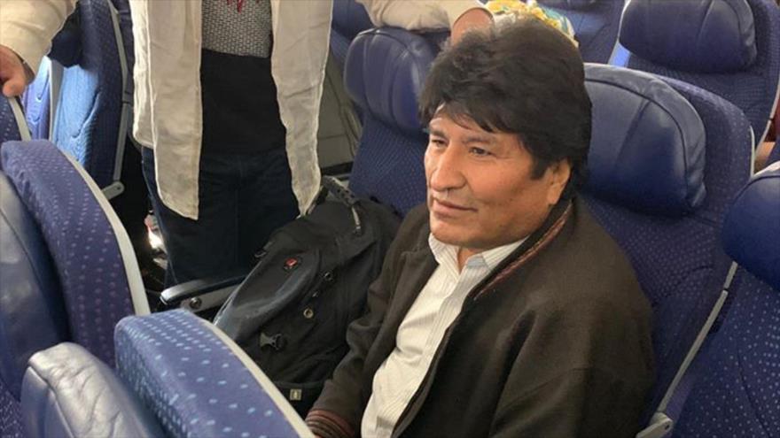 El depuesto presidente de Bolivia, Evo Morales, en el avión que lo llevó a Argentina, 12 de diciembre de 2019.