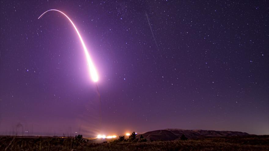 Misil balístico estadounidense Minuteman III lanzado en la Base Vandenberg, California (oeste), 2 de octubre de 2019. (Foto: AFP)