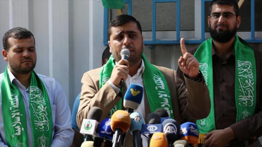 El portavoz del Movimiento de Resistencia Islámica de Palestina (HAMAS) Abdul Latif Al-Qanu (centro).