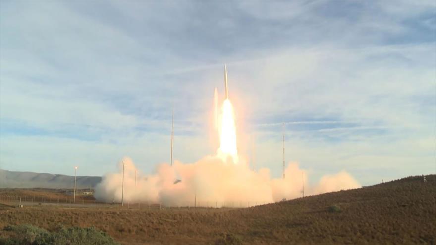 El momento de lanzamiento de un misil terrestre de mediano alcance por EE.UU., Base Aérea Vandenberg, California, 12 de diciembre de 2019. (Foto: AFP)