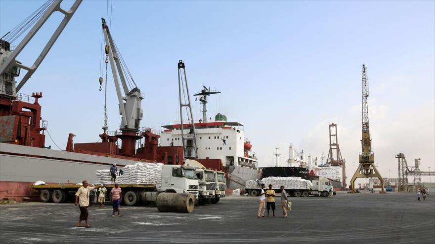 Una grúa descarga la ayuda alimentaria proporcionada por UNICEF desde un barco en el puerto yemení de Al-Hudayda, 17 de enero de 2018. (Foto: AFP)