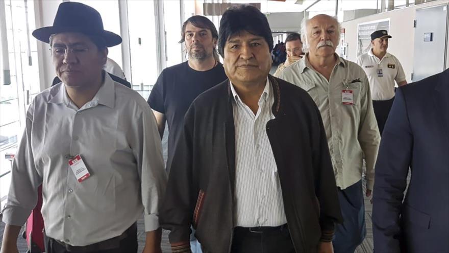 El presidente depuesto de Bolivia, Evo Morales (centro), en el aeropuerto internacional de Ezeiza, en Buenos Aires, 12 de diciembre de 2019. (Foto: AFP)