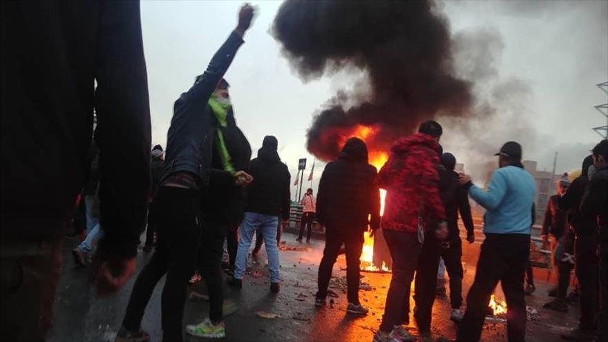 Un incendio provocado durante los recientes disturbios en Teherán, capital, 16 de noviembre de 2019.
