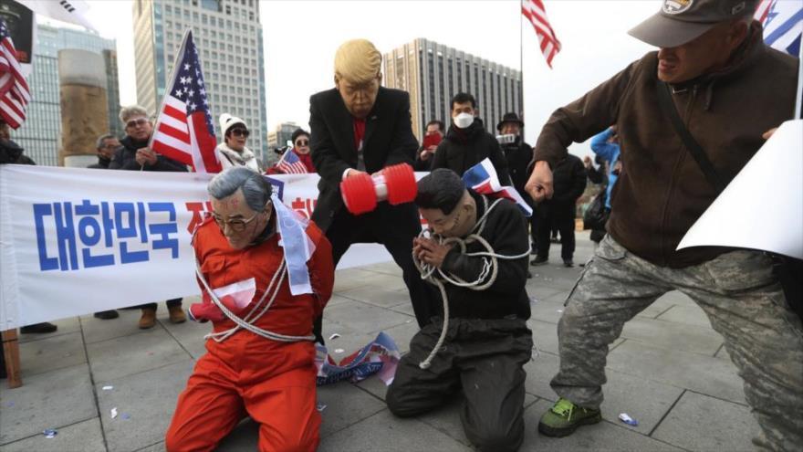 Surcoreanos se manifiestan frente a la embajada de EE.UU. en Seúl, la capital, 13 de diciembre de 2019.