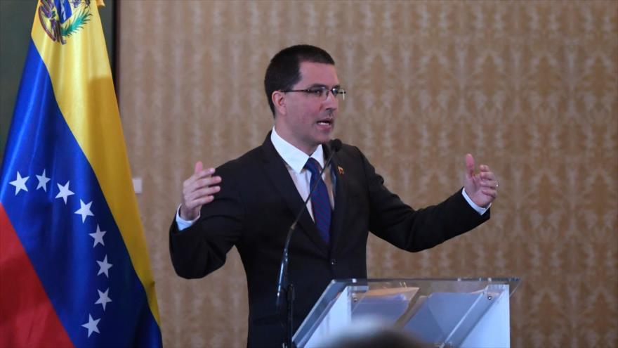 El canciller venezolano, Jorge Arreaza, ofrece un discurso en una rueda de prensa en Caracas, 6 de agosto de 2019. (Foto: AFP)