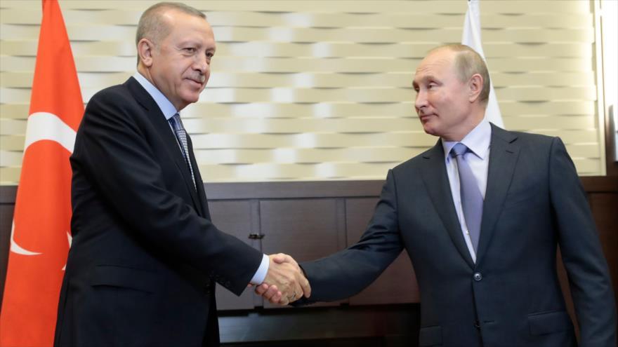 El presidente ruso, Vladimir Putin (dcha.), y su par turco, Recep Tayyip Erdogan, en la ciudad rusa de Sochi, 22 de octubre de 2019. (Foto: AFP)