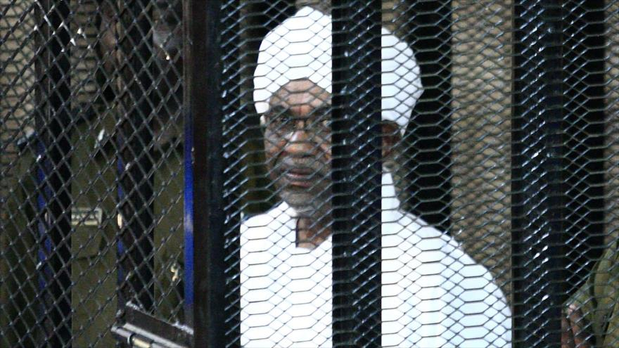 Al-Bashir es condenado a dos años de arresto domiciliario