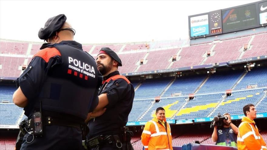 Efectivos de los Mossos d'Esquadra (Policía regional catalana) en un estadio, Barcelona, capital de la comunidad autónoma de Cataluña.