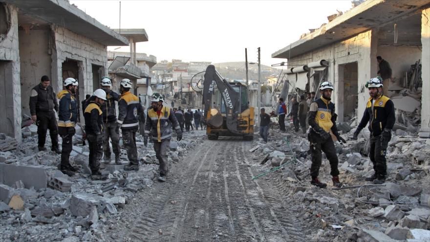 Miembros de los llamados cascos blancos en una calle tras un ataque aéreo en Idlib, noroeste de Siria, 7 de diciembre de 2019. (Foto: AFP)