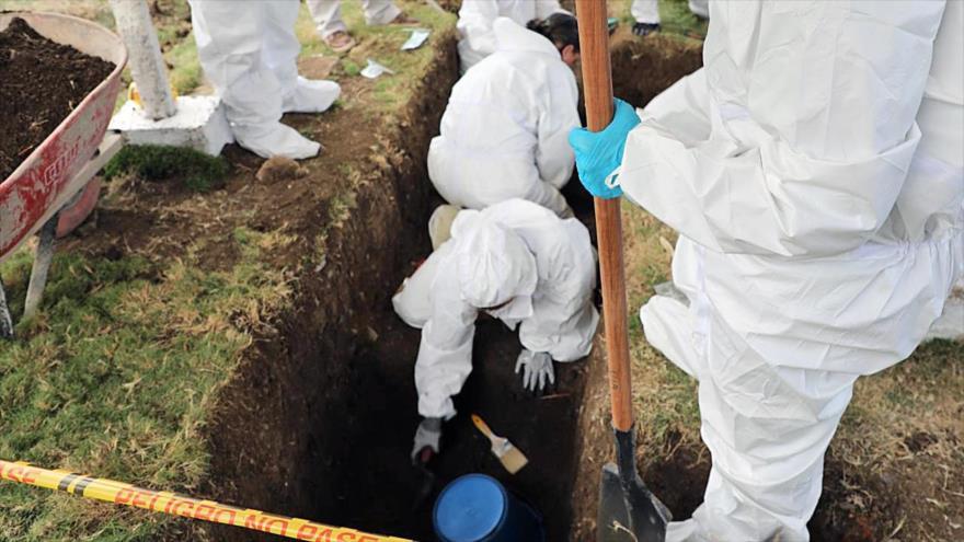 Expertos excavan en un cementerio en Las Mercedes, al sur de Colombia, 14 de diciembre de 2019. (Foto: AFP)