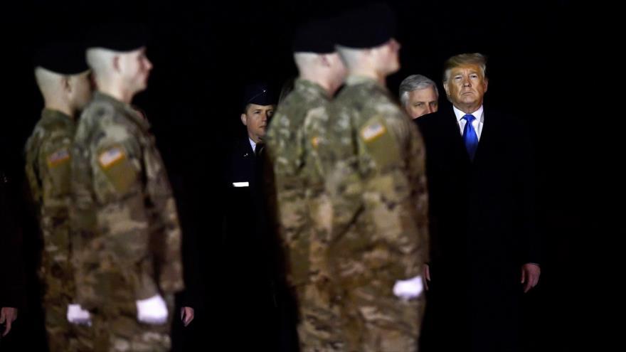 El presidente Donald Trump (dcha.) junto a militares de EE.UU. en la base Dover, en el estado afgano de Delaware, 21 de noviembre de 2019. (Foto: AFP)