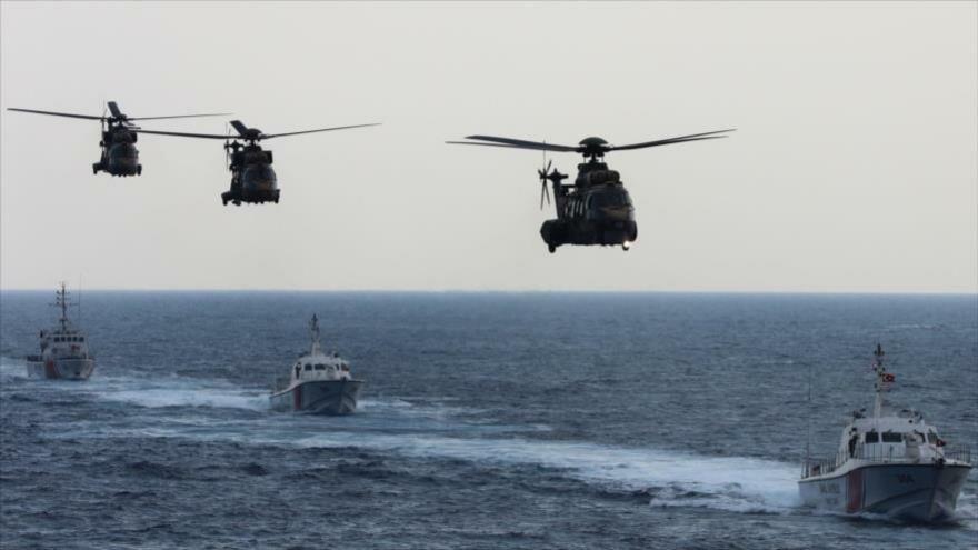 Las fuerzas turcas, con helicópteros y barcos, participan en un ejercicio de búsqueda y rescate militar cerca de Magosa, Chipre, 12 de junio de 2019.