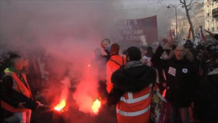 Franceses se manifiestan contra reforma de pensiones de Macron