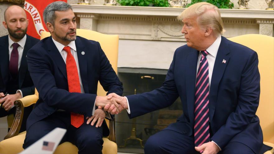 El presidente de EE.UU., Donald Trump, da su mano a su par paraguayo, Mario Abdo Benítez (izda.), en la Casa Blanca, 13 de diciembre de 2019. (Foto: AFP)