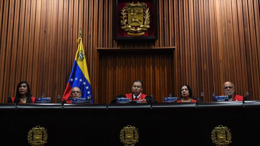 Presidente de la Sala Constitucional del TSJ de Venezuela, Juan José Mendoza, lee un comunicado, 26 de julio de 2019. (Foto: AFP)