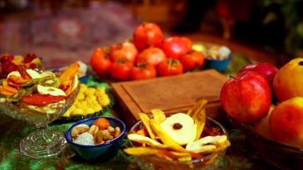 Iraníes dan bienvenida al invierno, celebrando la noche de Yalda