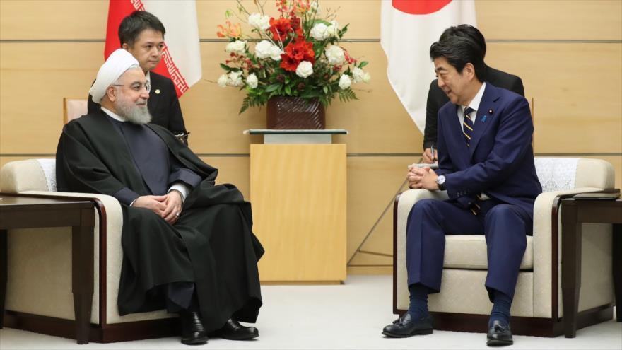El presidente iraní, Hasan Rohani, se reúne con el premier japonés, Shinzo Abe, en Tokio, 20 de diciembre de 2019. (Foto: President.ir)