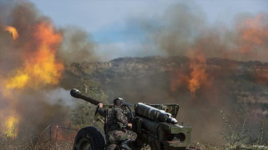 Unidad de la artillería del Ejército sirio dispara contra las posiciones terroristas en la provincia noroccidental de Idlib.
