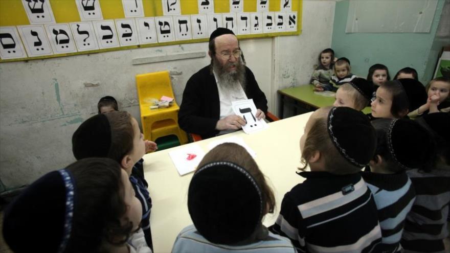 Estudiantes judíos participan en una clase en los territorios ocupados palestinos.