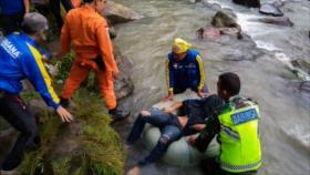 Mueren 25 personas al caer un autobús por un barranco en Indonesia