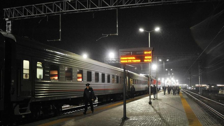 Llega el 1º tren ruso de S. Petersburgo a Crimea; Ucrania se enoja
