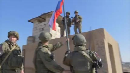 Vídeo: Fuerzas rusas izan su bandera en una base de EEUU en Siria