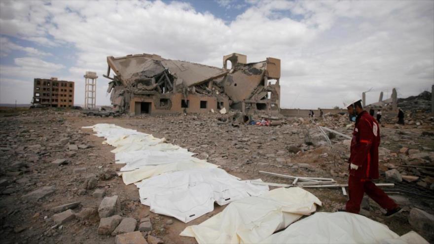 Cuerpos recuperados de los escombros de un edificio destruido por un ataque aéreo saudí en Yemen.