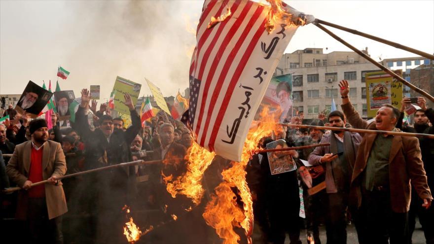 Manifestantes iraníes queman banderas de EE.UU. en Teherán, la capital, 25 de noviembre de 2019. (Foto: AFP)