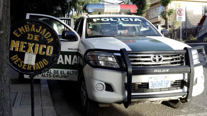 Una patrulla de la Policía boliviana custodia la entrada de la sede de la embajada de México en La Paz (capital de Bolivia).