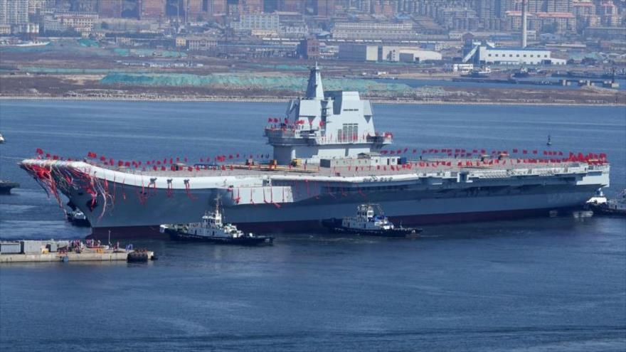 El nuevo portaviones chino Shandong cruza el astillero de Dalian, noreste de China, 26 de abril de 2017.