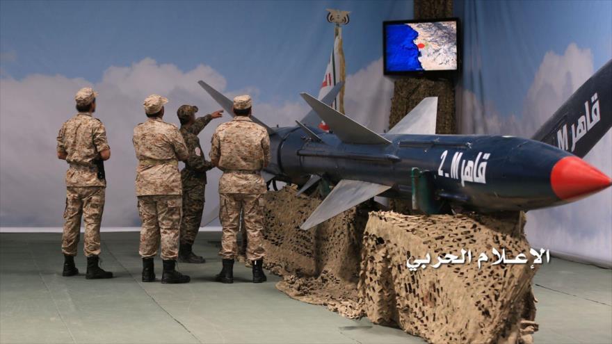 El Ejército de Yemen presenta el misil Qaher M-2 de fabricación nacional durante una exhibición.