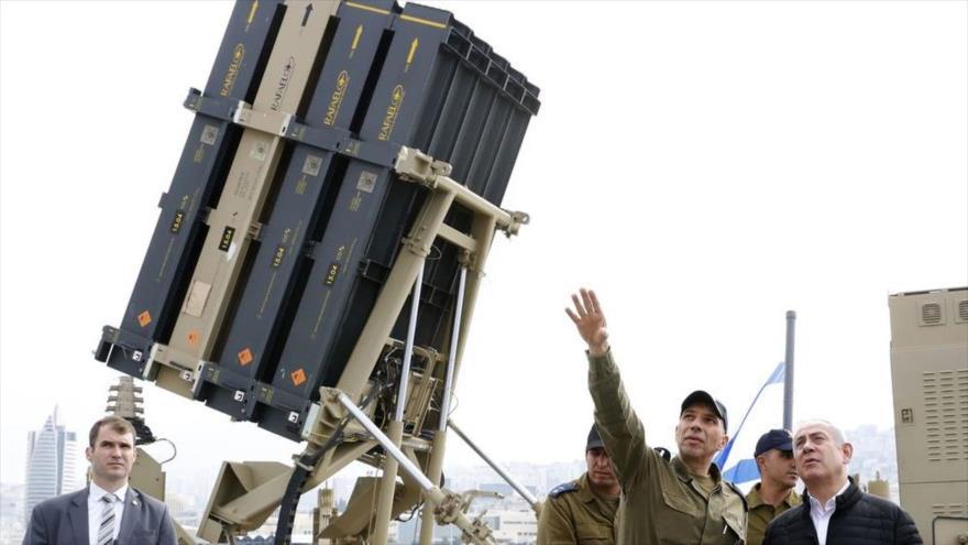 El premier israelí, Benjamín Netanyahu (dcha.), cerca de un sistema de defensa Cúpula de Hierro, 12 de febrero de 2019.