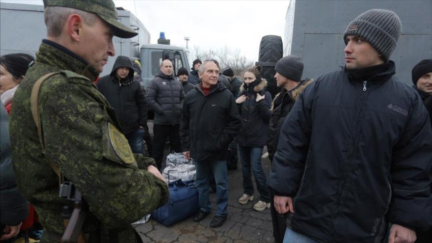 Prisioneros ucranianos en un intercambio en el punto de control cercano a Górlovka, Donetsk, 27 de diciembre de 2017. (Foto: AFP)