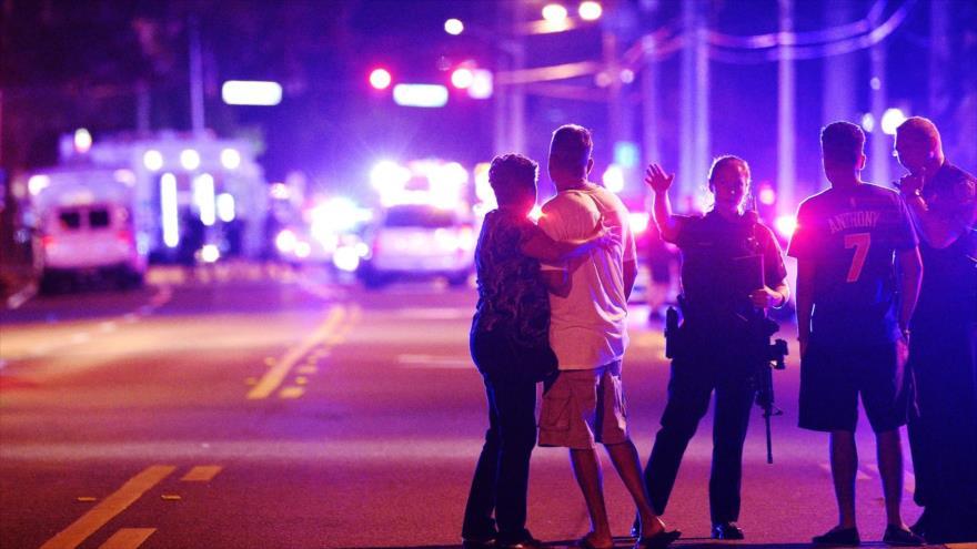 Un agente de la Policía de Orlando aleja a los familiares de una víctima del tiroteo fatal en el club Pulse en Orlando, Florida, EE.UU., junio de 2016. (Foto: AP)