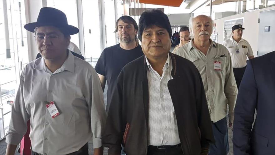 El depuesto presidente boliviano, Evo Morales (C), a su llegada a Argentina bajo el estatus de refugiado, 12 de diciembre de 2019.