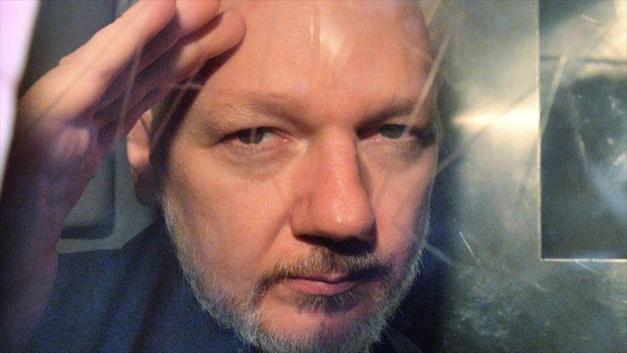 El fundador de WikiLeaks, Julian Assange, hace un gesto desde la ventana de una furgoneta de la prisión, Londres, 1 de mayo de 2019. (Foto: AFP)